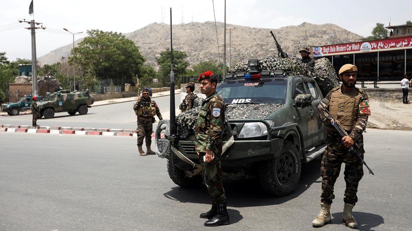Afghanistan: Afghanische Sicherheitskräfte am 4. Juni am Tatort eines Selbstmordattentats in Kabul