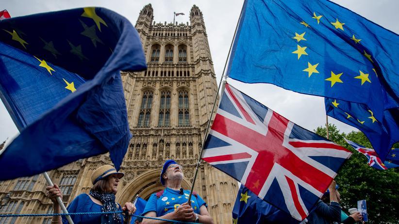 Brexit: Parlamentarier stützen Theresa Mays Kurs