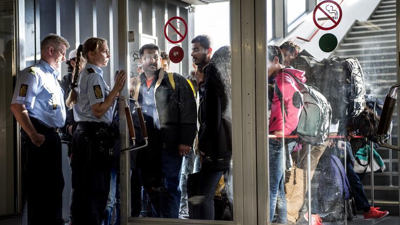 Dänemark: Migranten werden im Herbst 2015 am Hafen Rodby von der dänischen Polizei in Empfang genommen.