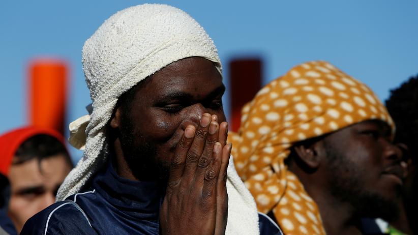 Migration: Erleichterung im Gesicht eines Flüchtlings, nachdem klar ist, er darf an Land gehen.