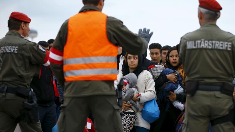 Flüchtlingsdebatte: Das Symbolbild zeigt österreichische Militärangehörige, die an der Grenze zu Slowenien vor Flüchtlingen stehen.