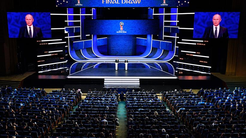 Fußball-WM in Russland:  Der russische Präsident Wladimir Putin im Dezember 2017 bei der Endauslosung für die Fußball-WM