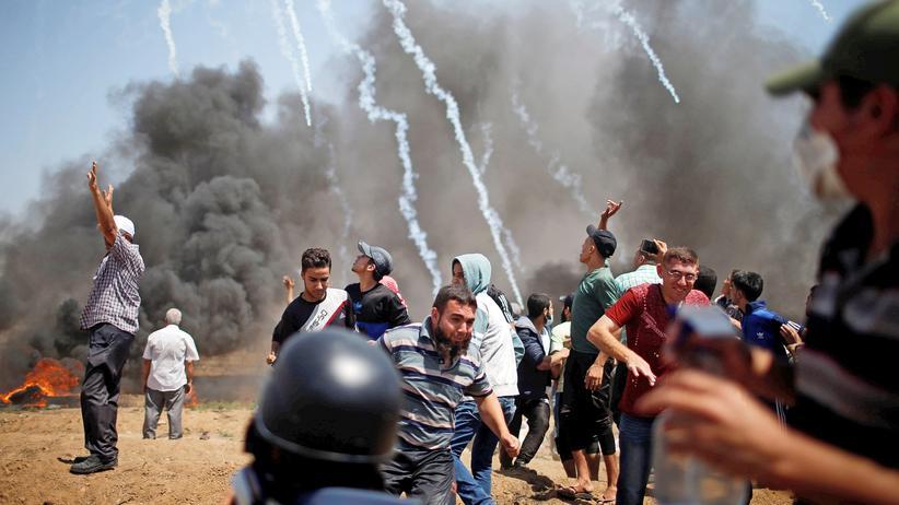 Nahostkonflikt: Palästinenser in der Nähe des Gaza-Grenzzauns, die israelische Armee setzt Tränengas ein.
