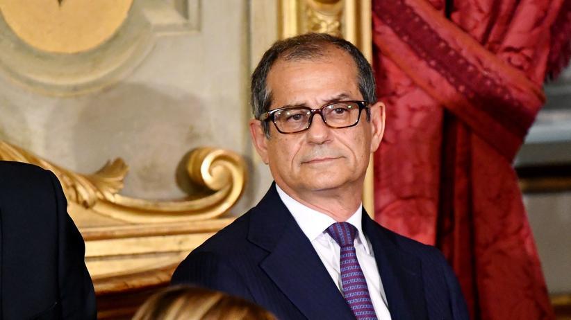 Giovanni Tria: Italiens Wirtschaftsminister Giovanni Tria (r) und Agrarminister Gian Marco Centinaio während der Vereidigung der neuen italienischen Regierung
