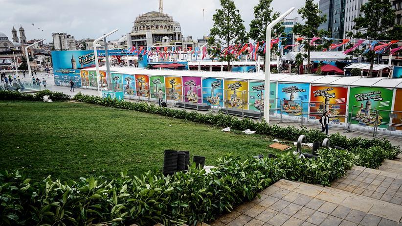 Istanbul: Blick vom äußeren Teil des Gezi-Parks. Rechts vom Taksim-Platz ragt ein neuer Moscheebau in den Himmel und dominiert das Sichtfeld.