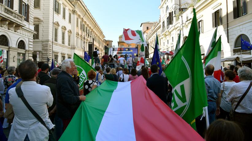 Italien: Nach der Vereidigung der neuen italienischen Regierung ziehen Menschen mit italienischen Flaggen durch Rom.