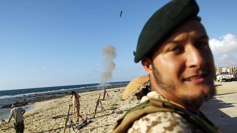 Libyen: Wo die Milizen herrschen: Kämpfer von Chalifa Haftar mit Mörsergranaten am Strand der libyschen Stadt Bengasi (2017)