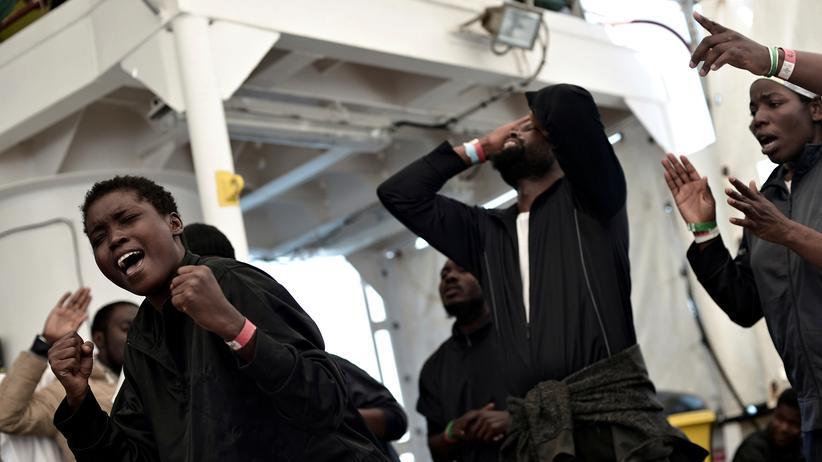 """Migration: Flüchtlinge der """"Aquarius"""" gehen in Spanien an Land"""