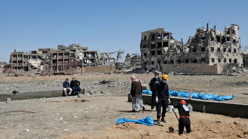 Rakka: Syrer bergen Leichen aus einem Massengrab in Rakka.