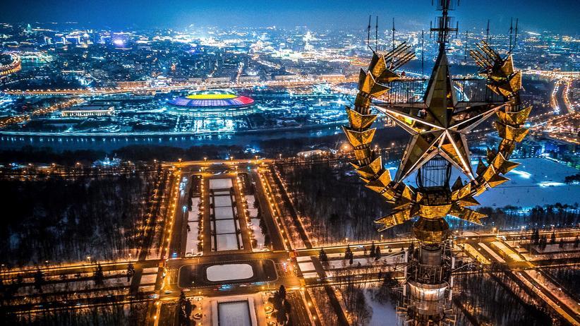 Stadt-Land-Gefälle: Blick von der staatlichen Universität in Moskau auf das Luschniki-Stadion (Drohnenaufnahme)