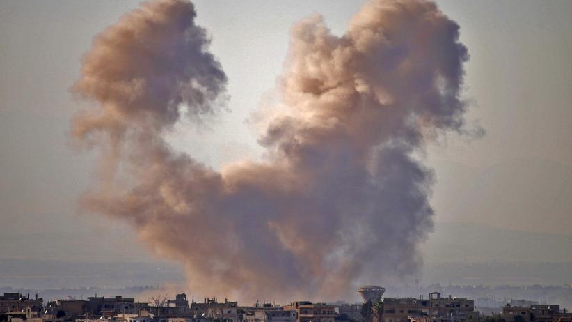 Syrien: Rauchschwaden über Daraa zeugen von den Luftangriffen auf die Stadt