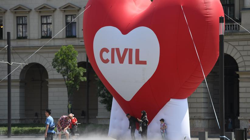 Ungarn: Parlament stellt Flüchtlingshelfer unter Strafe