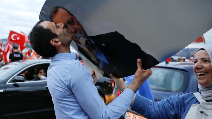Wahlsieg von Recep Tayyip Erdoğan: In Istanbul feiert ein AKP-Anhänger den alten und neuen Präsidenten der Türkei, Recep Tayyip Erdoğan.