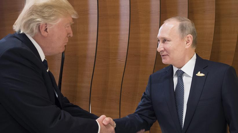 Russland und die USA: Donald Trump und Wladimir Putin während sie sich kurz am Rande des G20-Gipfels im Juli 2017 in Hamburg trafen.