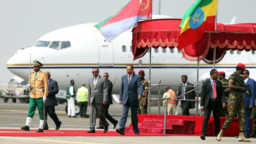 Friedensabkommen: 14. Juli: Eritreas Präsident Isaias Afwerki wird am Flughafen von Addis Abeba von Abiy Ahmed, dem Premierminister Äthiopiens, begrüßt.