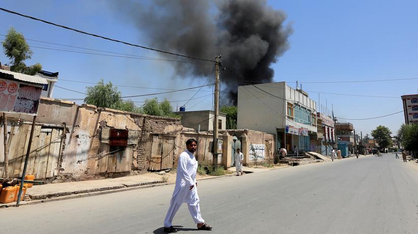 Afghanistan: Rauch steigt vom angegriffenen Gebäude in Dschalalabad auf.