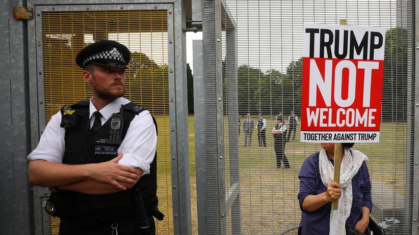Großbritannien: Menschen in London demonstrieren beim Besuch des US-Präsidenten Donald Trump gegen dessen Politik.