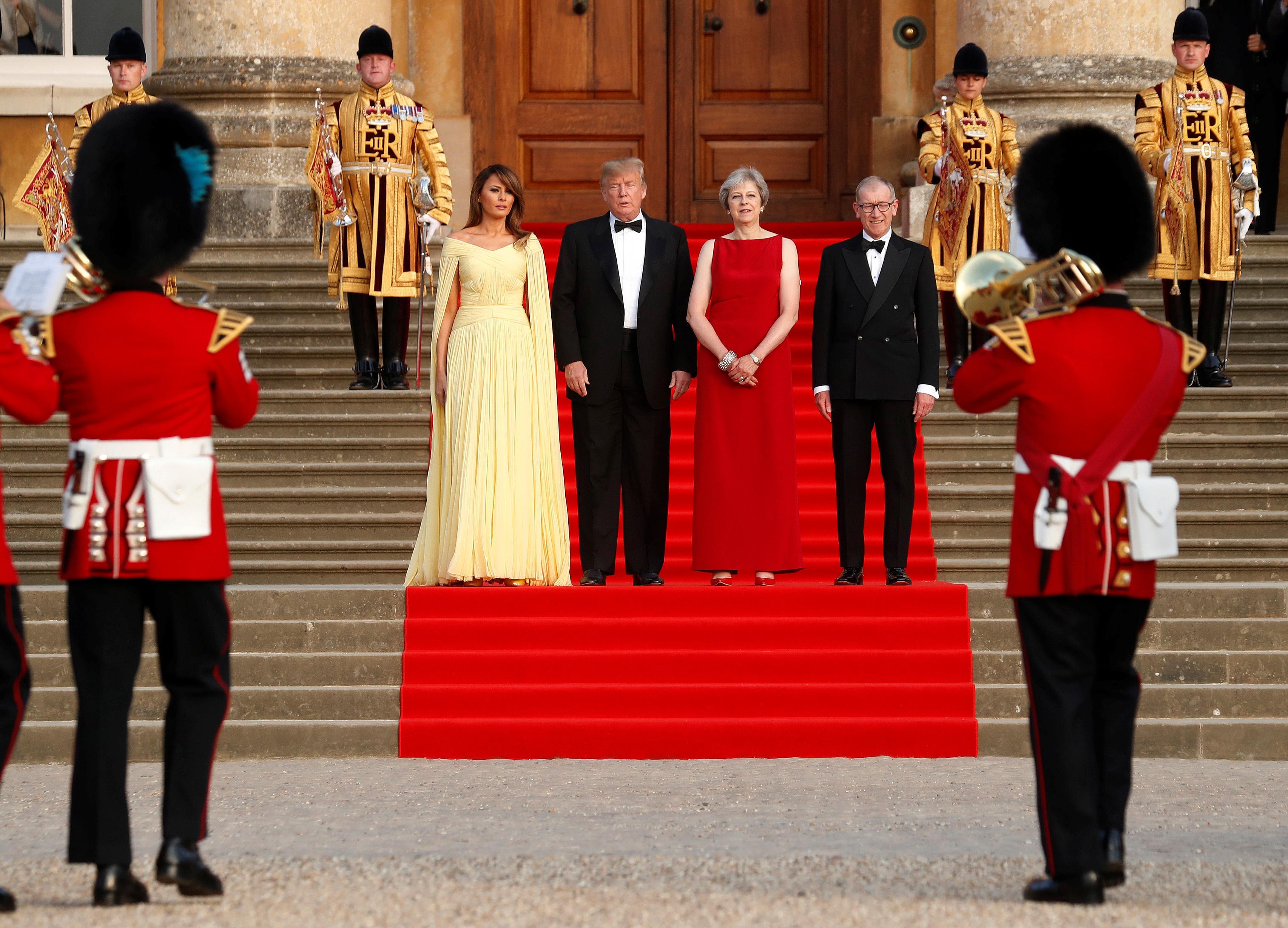 Großbritannien: Regierungschefin Theresa May (rechts) und ihr Ehemann Philip stehen mit US-Präsident Donald Trump und dessen Frau Melania vor Blenheim Palace.