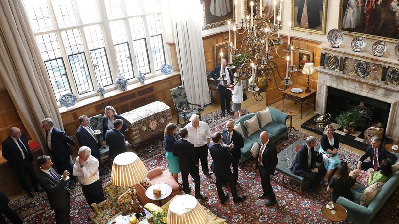 EU-Austritt: Das Büro der Premierministerin veröffentlichte ein Bild des Kabinettstreffens auf dem Landsitz von Theresa May. In der Mitte im weißen Oberhemd: Außenminister Boris Johnson, überzeugter Brexit-Befürworter