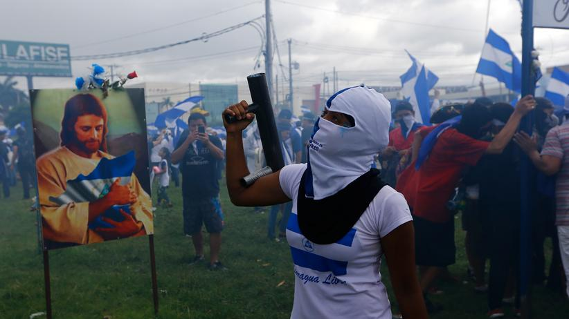 Nicaragua: Eine Demonstrantin feuert während der Proteste im Juli mit einem selbst gebauten Granatwerfer.