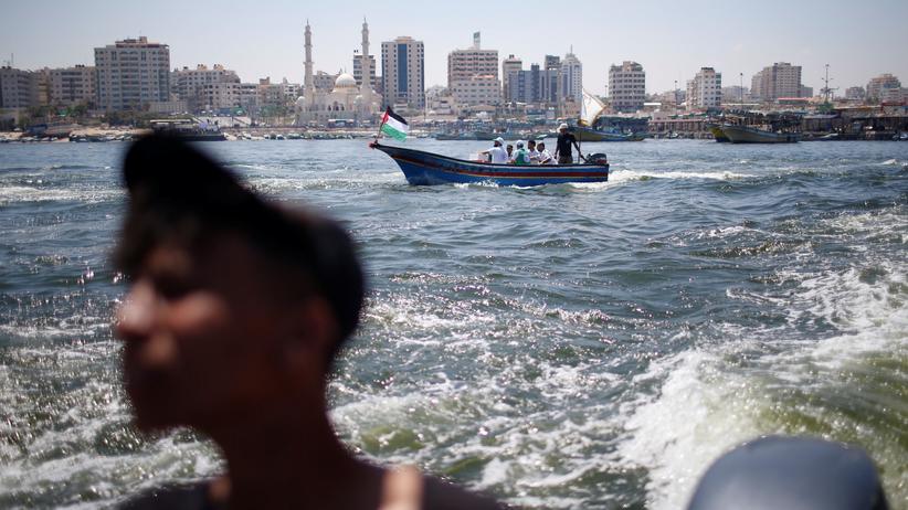 Gazastreifen: Palästinenser beobachten das ablegende Schiff.