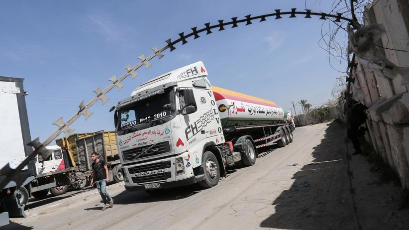 Nahostkonflikt: Palestinian truck drivers park their lorries near the Kerem Shalom Crossing between the southern Gaza Strip and Israel on March 22, 2018, during a demonstration demanding that the Palestinian Authority allow trucks transporting goods from Egypt to enter the Palestinian enclave. / AFP PHOTO / SAID KHATIB        (Photo credit should read SAID KHATIB/AFP/Getty Images)