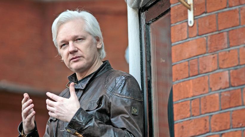 Julian Assange auf dem Balkon der ecuadorianischen Botschaft im vergangenen Jahr