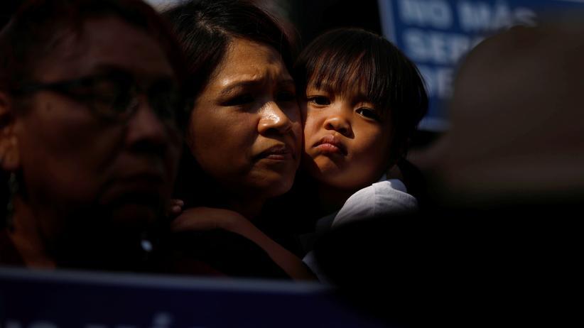 Migration: Ein Kind mit seiner Mutter während eines Protests gegen die Familientrennungen in Los Angeles