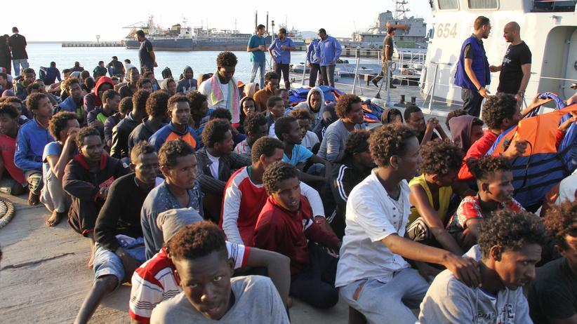 Mittelmeer: Italienisches Schiff soll Migranten nach Libyen gebracht haben