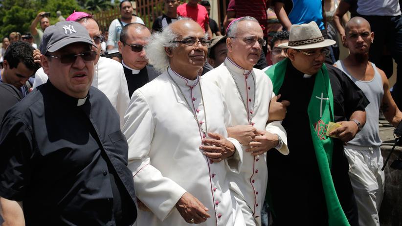 Nicaragua: Kardinal Leopoldo Brenes (2.v.l.) und Bischof Silvio Baez (3. v. l.) vor der Basilika San Sebastian in Diriamba in Nicaragua