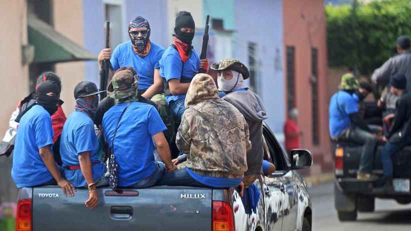 Paramilitärs fahren durch Masaya, Nicaragua.