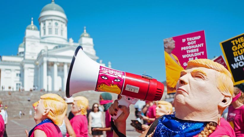 Proteste in Helsinki: Regenbogenfahnen, Friedenszeichen und schwangere Trumps