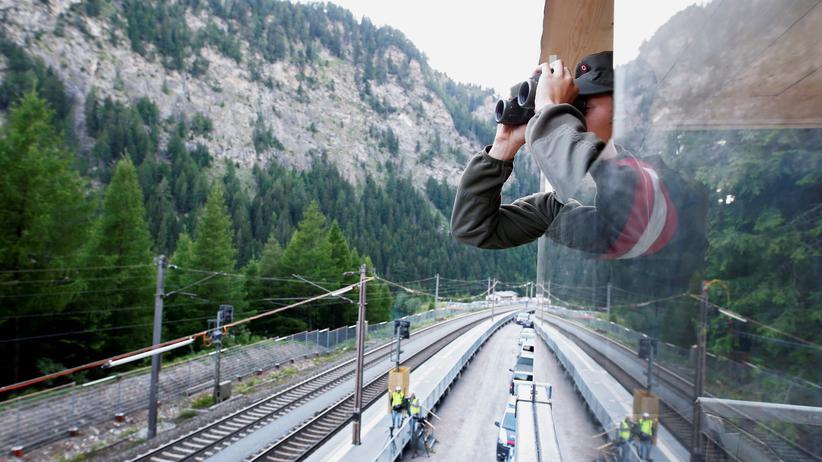 Sebastian Kurz: Am Brenner kontrolliert ein österreichischer Grenzsoldat die Grenze zwischen Italien und Österreich.