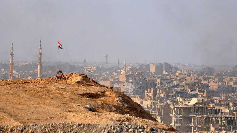 Syrien: Die ostsyrische Stadt Deir ez-Zor während einer Offensive der Regierungstruppen gegen den IS (Archivbild)