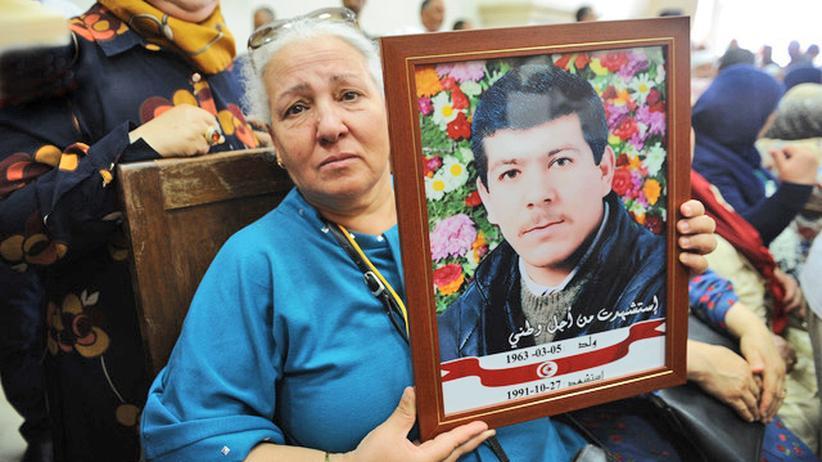 Tunesien: Sihem Chammakhi, eine der sechs Schwestern des in Nabeul von der Nationalgarde zu Tode gefolterten Rachid Chammakhi. In ihrem Haus in Mornag wurde ihr Bruder von der Polizei festgenommen.