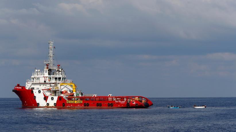 """Flüchtlingspolitik: Das Schiff """"Vos Thalassa"""" zieht im vergangenen Oktober Boote mit Migranten hinter sich her."""