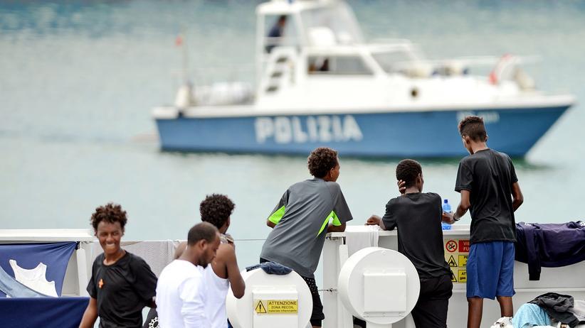 Verteilung von Flüchtlingen: Blick auf das Schiff Diciotti, das in Catania liegt.