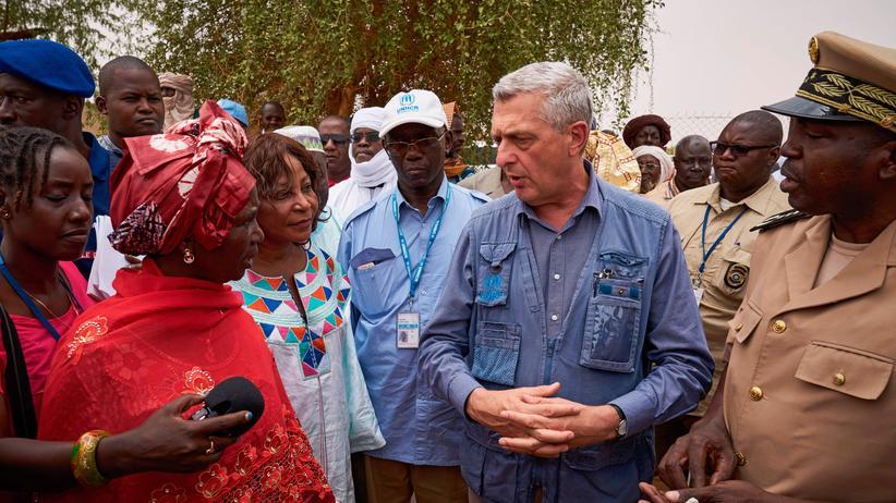 Filippo Grandi: Filippo Grandi mit Binnenflüchtlingen in Mali
