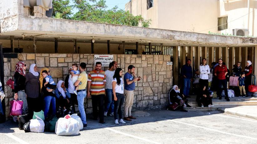 Krieg in Syrien: Syrer im Libanon warten auf Busse, die sie zurück nach Damaskus bringen sollen.
