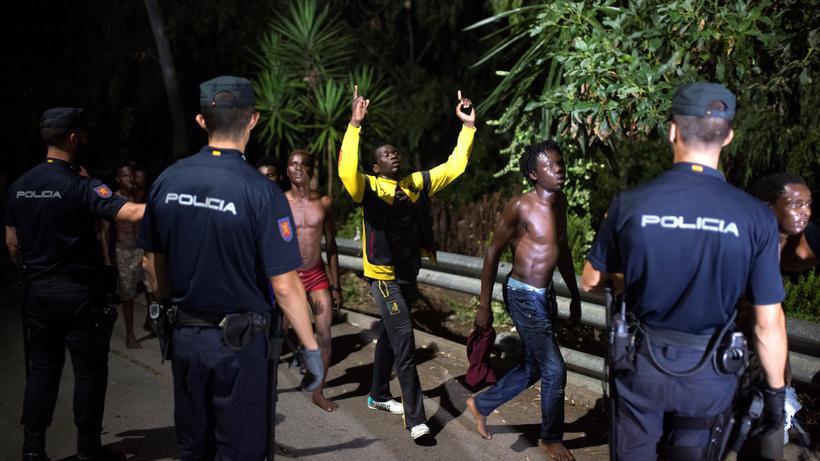Marokko: Polizisten und Flüchtlinge in Marokko (Archivbild)