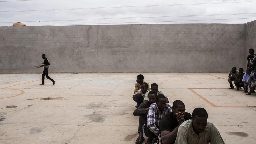 Libyen: Migranten in einem Gefangenenlager nahe der libyschen Stadt Misrata