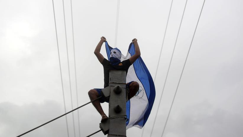 Nicaragua: Ein Demonstrant fordert den Rücktritt von Nicaraguas Staatschef Daniel Ortega.