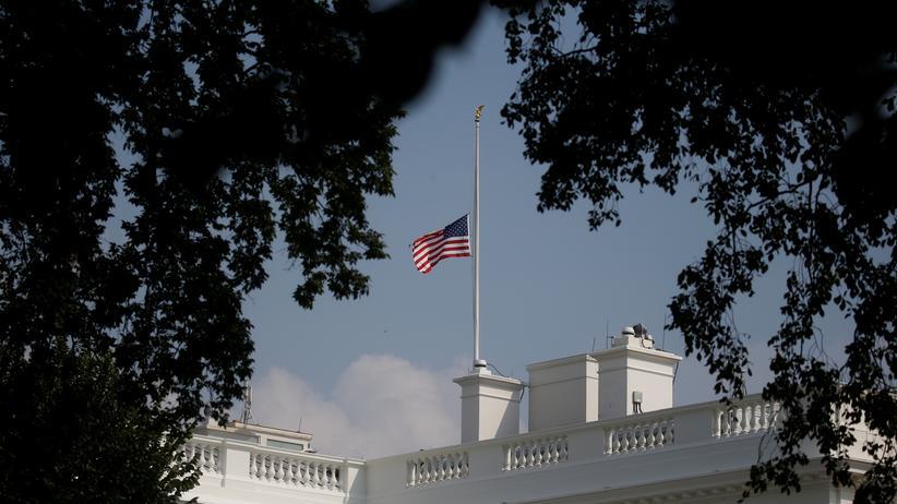 USA: Donald Trump würdigt verstorbenen Senator John McCain doch noch