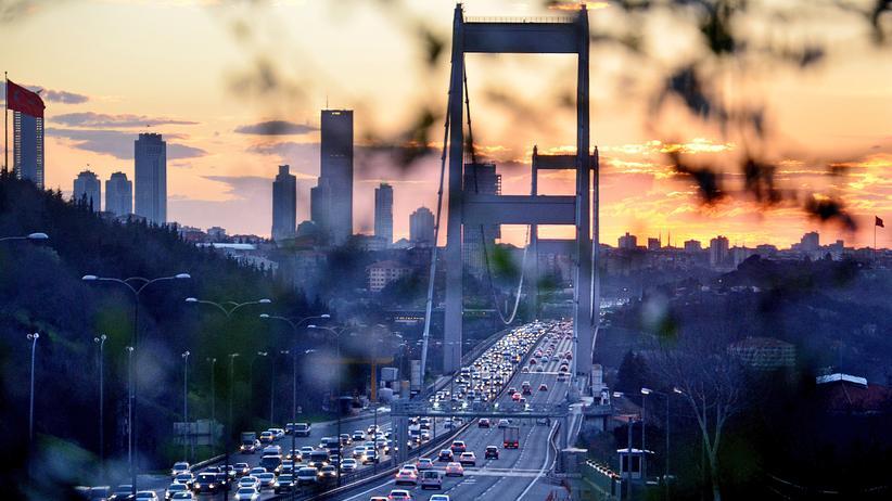 Währungskrise in der Türkei: Blick auf die Fatih-Sultan-Mehmet-Brücke in Istanbul. Sie überspannt den Bosporus und verbindet den europäischen mit dem asiatischen Teil der Stadt.