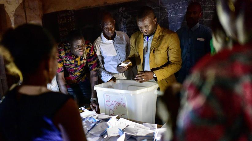 Westafrika: Wahlhelfer zählen in Bamako Stimmzettel. Präsident Keita erreichte nicht die erforderliche Mehrheit.