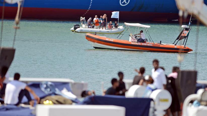 """Matteo Salvini: Migranten auf dem Deck des Schiffs """"Dicotti"""", das der italienischen Küstenwache gehört, im Hafen von Catania."""
