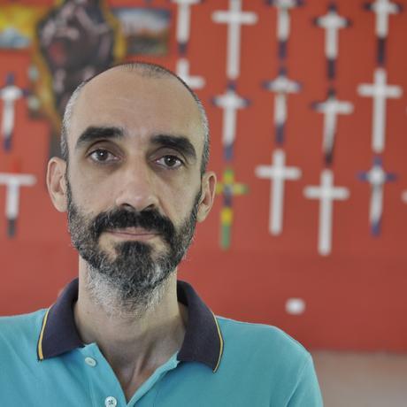 Migration: Ramón Márquez leitet La 72. Die Kreuze hinter ihm erinnern – wie der Name der Herberge – an 72 Migrantinnen und Migranten, die im August 2010 im Nordosten Mexikos von Angehörigen des Zeta-Kartells ermordet wurden.