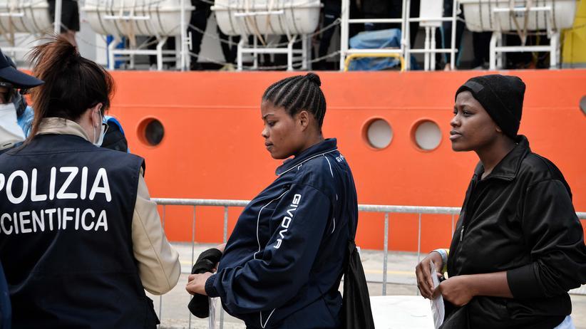 """Rettungsschiff """"Aquarius 2"""": Migrantinnen aus Nigeria verlassen die """"Aquarius"""" in Messina in Sizilien im Mai 2018"""
