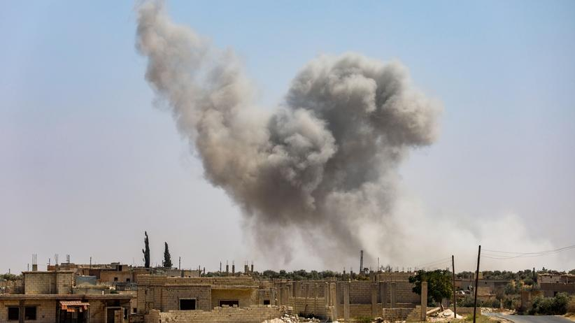 Syrien: Rauch steigt in Al-Tamanah im Süden der Provinz Idlib nach einem Angriff von Regierungstruppen auf.