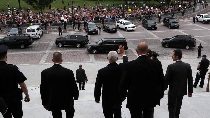 Reaktionen auf Kavanaugh-Ernennung: Vizepräsident Mike Pence winkt nach der Abstimmung Demonstranten in Washington zu
